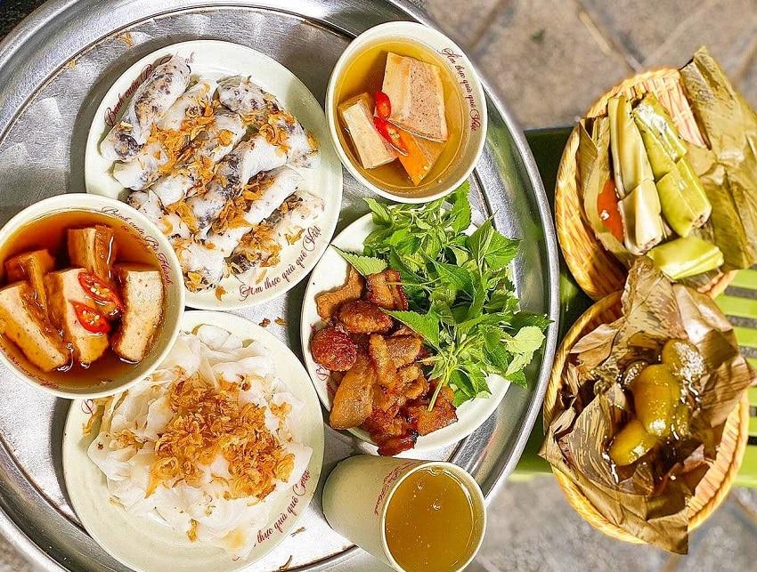 Bánh cuốn Bà Hoành là một trong các quán ăn sáng ngon ở Hà Nội được yêu thích