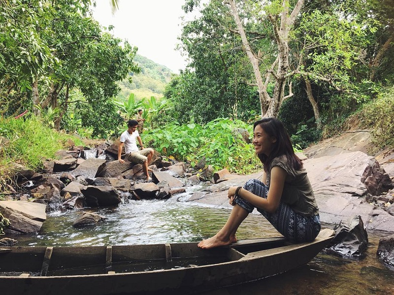 Ngồi trên thuyền để tận hưởng không khí mát mẻ ở Suối Trúc Tây Ninh