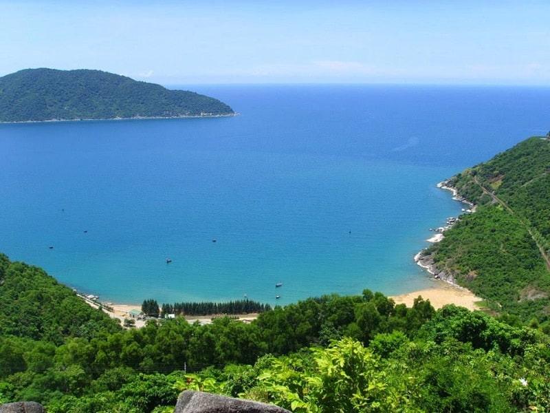 Vịnh Vũng Rô mang đến vẻ đẹp hiền hòa giữa màu xanh đất, nước và trời