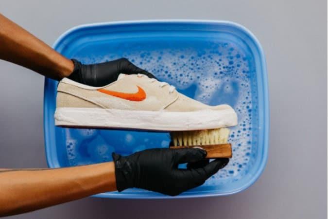 Chọn giày dễ làm sạch